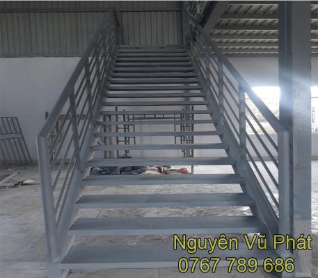 Thi công cầu thang sắt giá rẻ