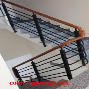 Cầu thang tay vịn gỗ