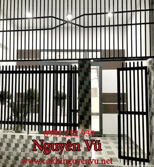 Hàng rào sắt khung bảo vệ trước hiên nhà đẹp