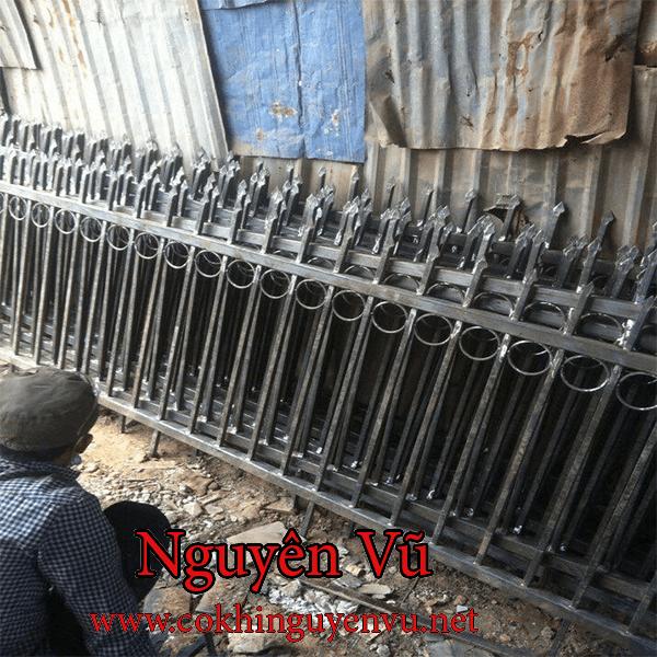 Thợ thi công hàng rào chông sắt chống trộm