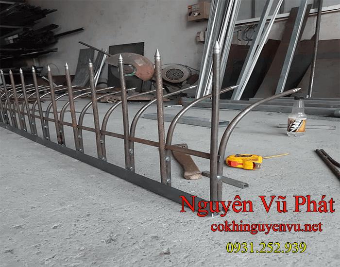 Hàng rào chông sắt mũi nhọn tại Củ Chi