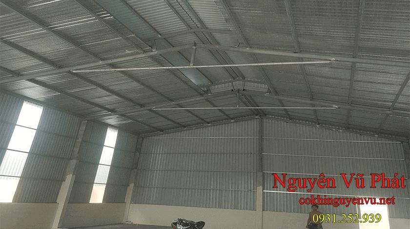 Thợ thi công mái tôn nhà xưởng