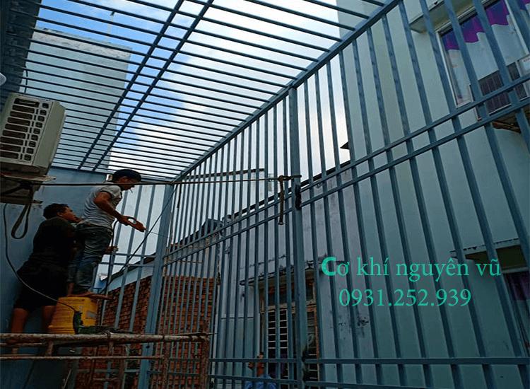 Thợ thi công khung sắt bảo vệ tại Long Thành